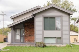 2+1 Bdrm Bi-Level in River Park South boasts Rec Room, Big Yard & Garage!
