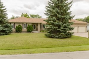 East St Paul Classic! Spacious 3+2 Bdrm Bungalow with 3.5 Baths & Triple Garage on huge Lot!