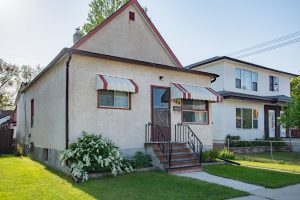 West End near Polo Park – 2 Bdrm Bungalow – Full Basement with Kitchenette – Carport & Over-sized Single Garage