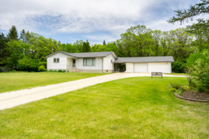 Delightful Country Setting-Charming Bungalow-Full Rec Rm & Dbl Garage on Park-Like Lot in Warren, MB!