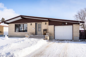 WELL-LOCATED, Solid, Spacious 3+2 BD – 3BATH Bungalow w/Attached Garage & Big Yard in The Maples!